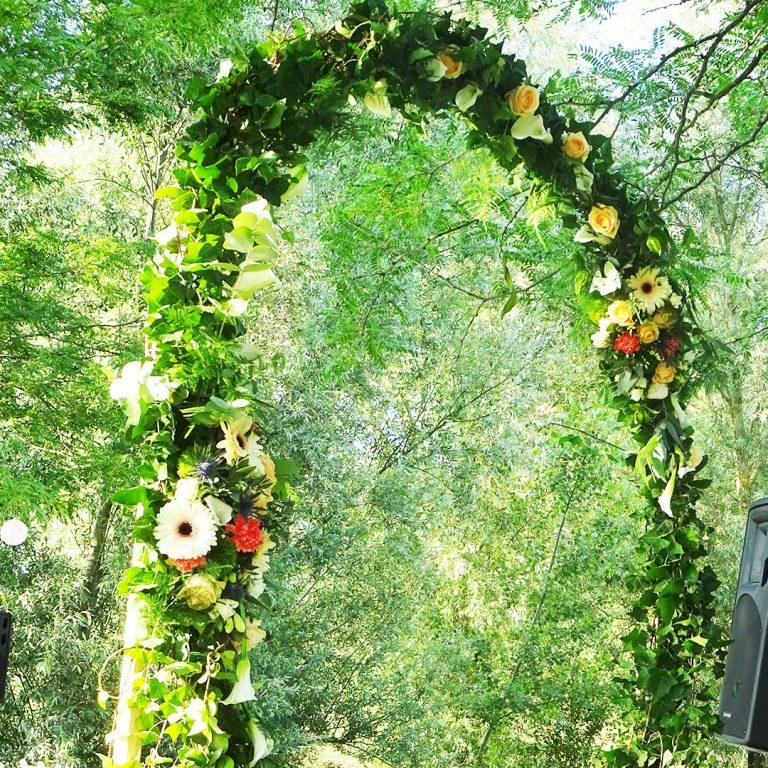 arche florale cérémonie de mariage laïque