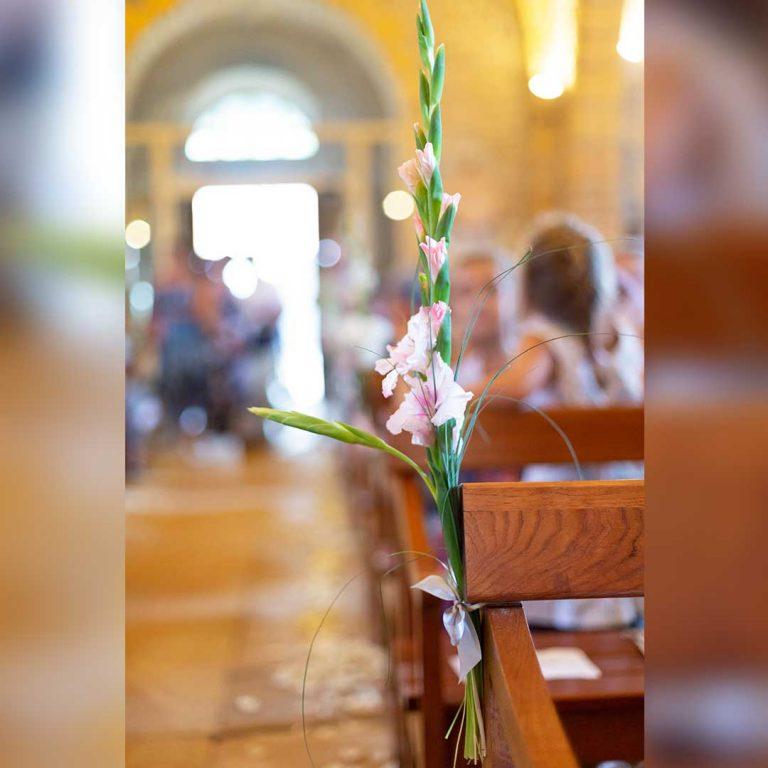 décoration florale à l'église pour mariage
