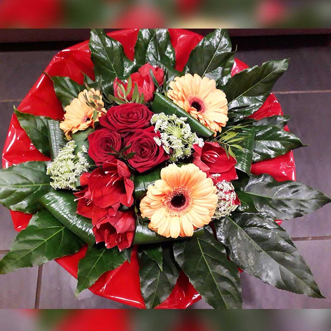 Un bouquet de roses et d'amaryllis rouges