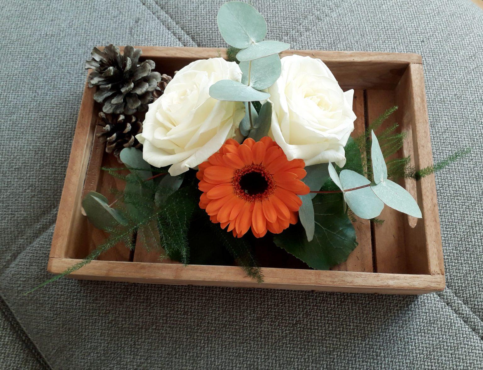 composition piquée de roses blanche avec du germini et du feuillage