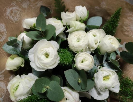 bouquet de renoncules blanche et de feuillage
