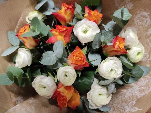 bouquet de roses et de renoncules
