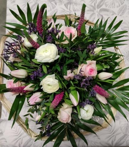 bouquet de tulipes,renoncules,roses avec son feuillage