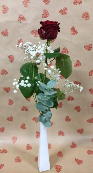 soliflor avec 1 rose rouge,de l eucalyptus ainsi que du gypsophile