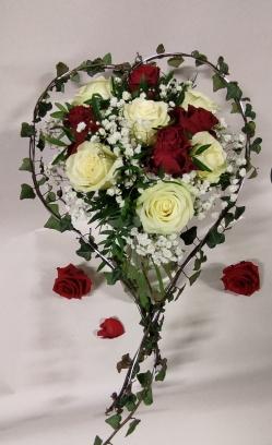 bouquet de roses rouge et blanche avec une structure en lierre
