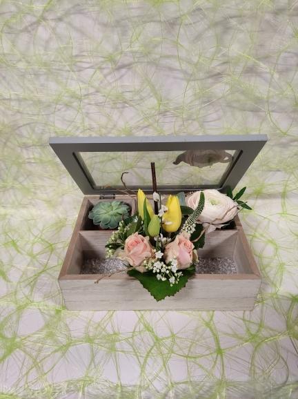 boite à thé garnie de fleurs de printemps