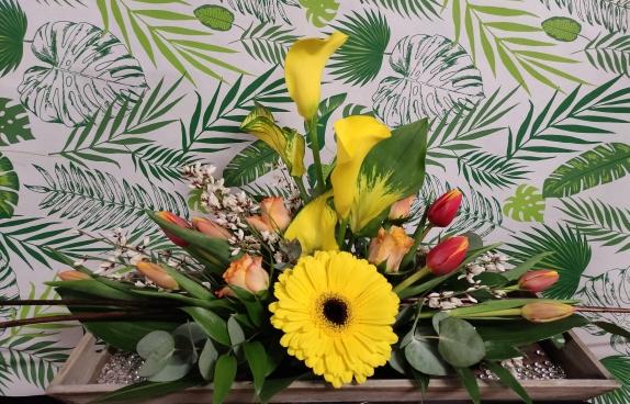 plateau en bois de fleurs de printemps de couleur jaune,orangé et blanc