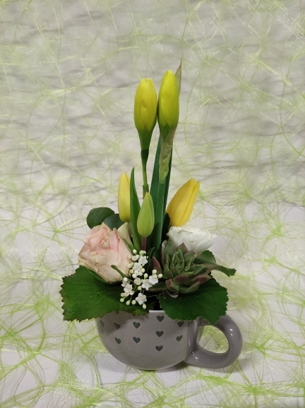 tasse garnie de jonquilles,tulipes