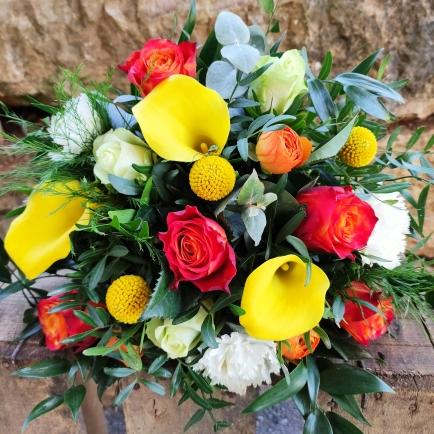 bouquet ton chaud avec des callas jaune,roses,craspédias,oeillets,feuillage...