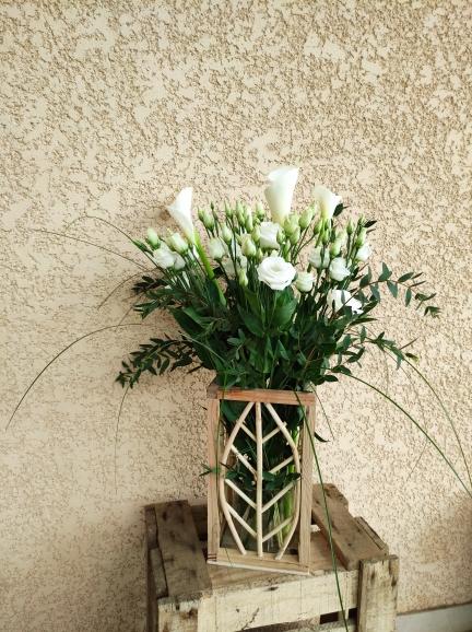 lanterne à suspendre accompagé d 'un bouquet en hauteur de fleurs variées blanches