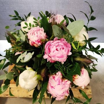 bouquet de pivoines et de feuillage de saison