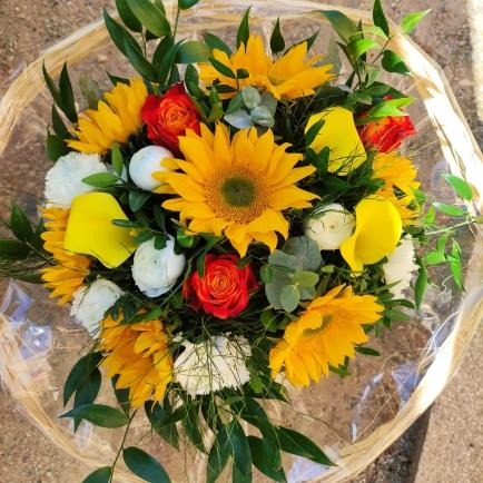 bouquet ton jaune orange avec des tournesol,des rose et diverses fleurs